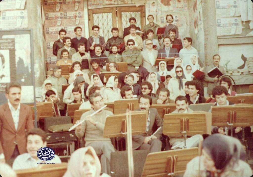 ارکستر-روی-پله-های-اداره-برق1357-تهران-شناسی